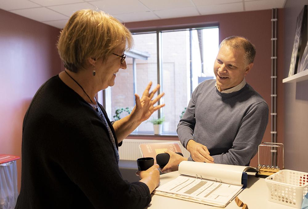 Teamarbetet är viktigt. Jon Sjökvist arbetar nära sina lärarkollegor, men också med ungdomshemmets psykologer. Allt för att få en så mångsidig bild av ungdomarna som möjligt. Foto: Mikael Wallerstedt