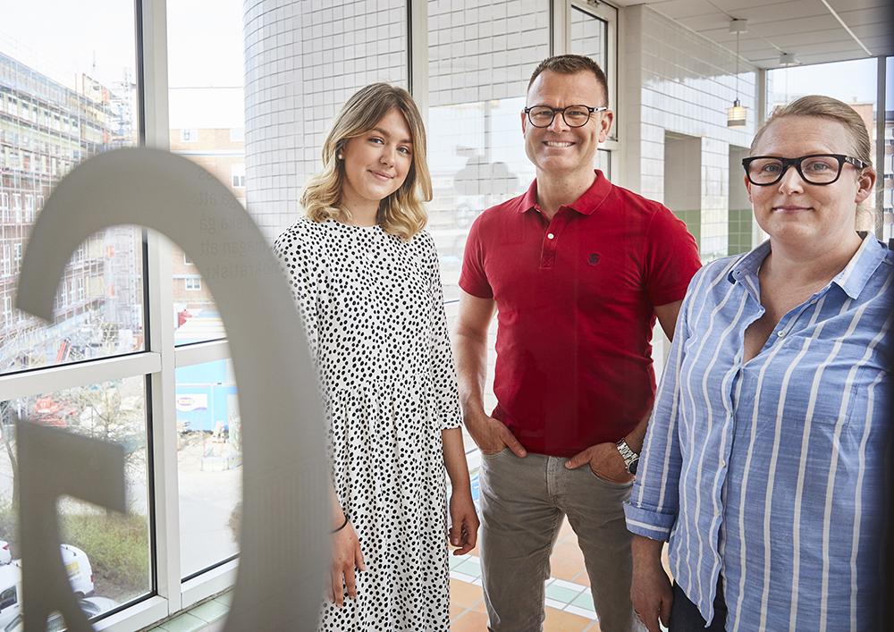 Ebba Nilsson går tredje året på det ekonomiska programmet, Stefan Remne, rektor och Lotten Jyrell, lärare i samhällsvetenskap och förstelärare i digitalisering på Grillska gymnasiet i Västerås. Foto: Pia Nordlander, BildN